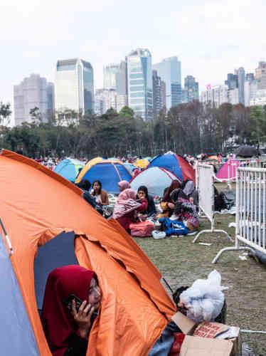 Les employées de maison indonésiennes privilégient le Victoria Park, à Causeway Bay, pour se retrouver. Certaines apportent des tentes pour s'abriter du soleil, du vent, ou pour se maquiller et se détendre.