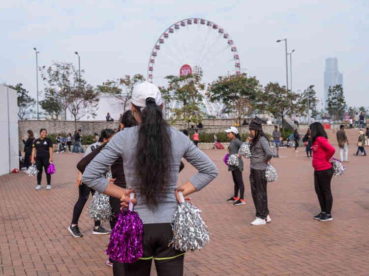 A Central,l es employées de maison participent à un cours de danse.Pour garder leurs enfants, les Hongkongais préfèrent les Philippines, souvent diplômées et à l'aise en anglais.
