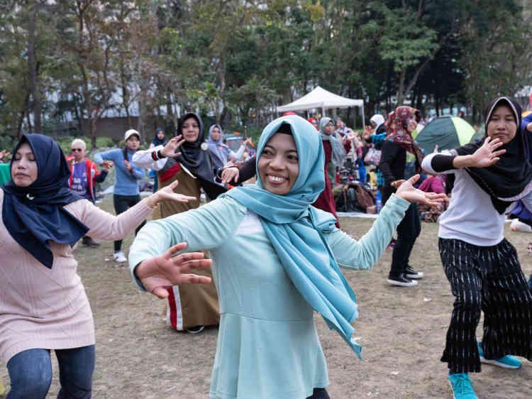 Victoria Park, Causeway Bay.Wawa Hariyati (en bleu) danse, à la façon indonésienne, avec ses amies.