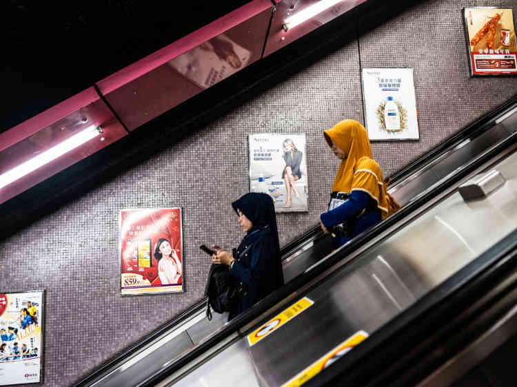 Dans le métro, à Causeway Bay, des employées de maison indonésiennes.
