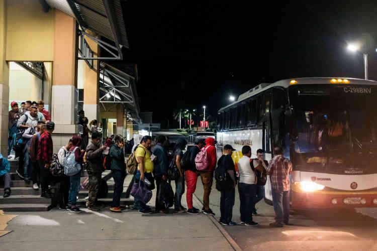 Tous les soirs, ils sont 200 ou 300 à quitter le pays depuis la gare routière de San Pedro Sula.