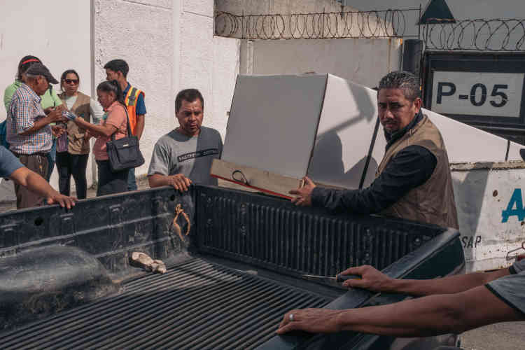 A l'aéroport, la famille d'Ingrid réceptionne le cercueil en métal gris rapatrié des Etats-Unis, emballé dans un carton.