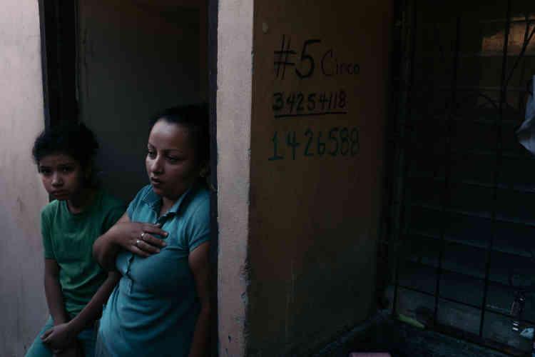 Karla et sa fille Angeles Maria, née à la suite d'unviol survenu neuf ans plus tôt. Depuis son retour au Honduras, elle attend une réponse à une demande d'asile au Canada. Elle est lesbienne et est menacée en raison de son orientation sexuelle.