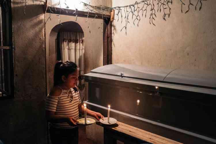 Veillée funèbre au domicile de la famille d'Ingrid.