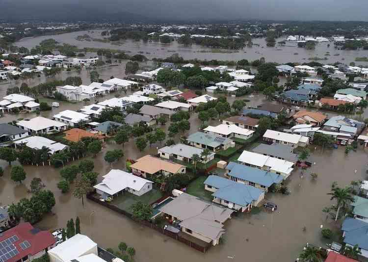 Une image aérienne de Townsville prise par les services d'urgence du Queensland le 4 février.La principale artère reliant le nord de l'Australie au reste de la côte est est également coupée, ce qui fait craindre des pénuries alimentaires.