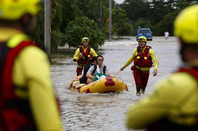 Les pompiers utilisent un bateau gonflable pour évacuer les habitants bloqués à cause des inondations à Hermit Park, le 3 février.