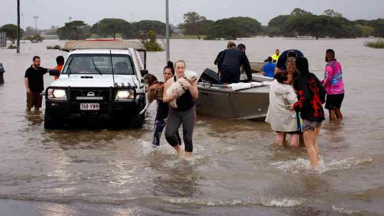 Des habitants de Townsville évacués à cause des intempéries, le 4 février.