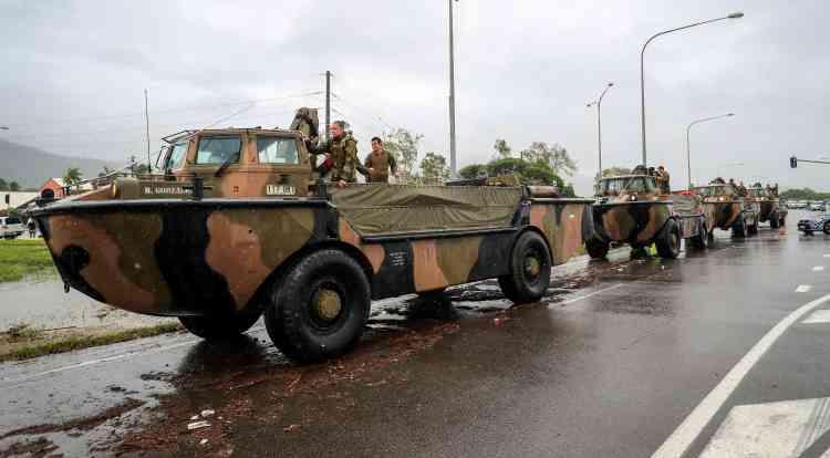 Les véhiculesamphibie de l'armée australienne arrivent à Townsville pour aider ses habitants, le 4 février.