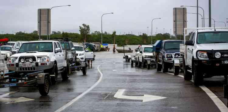 Ces voitures amènent des bateaux pour évacuer les habitants de Townsville, le 4 février.
