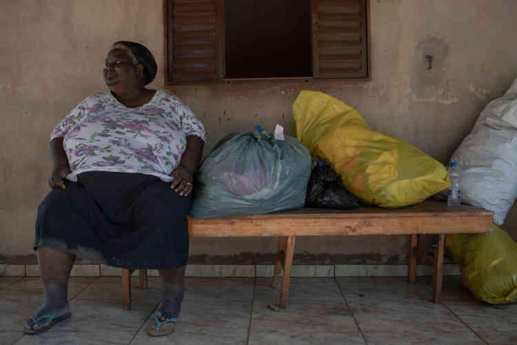 Adelia Oliveira Souza Gomes, 55 ans. Sa maison a été engloutie. Elle n'a pu sauver que ses vêtements. Depuis, elle est hébergée par des amis.