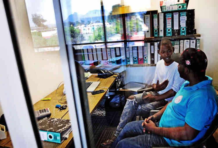 Sibusiso et Tawanda Gumbo, qui dirige une ONG offrant des possibilités de formation et d'emploi aux communautés défavorisées, discutent de la possibilité de louer le studio à des jeunes bénéficiant de ce programme.