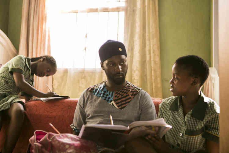 Bulelani s'occupe seul de ses deux filles, Owam Azania et Linomtha, âgées respectivement de 9 et 7ans.«Je suis toutes leurs activités, je vais les chercher à l'école et je passe toujours du temps à leur parler le soir.»