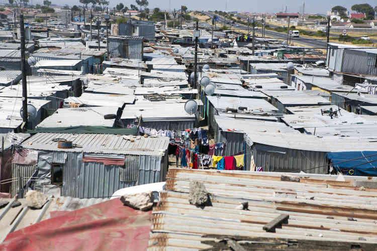 L'Afrique du Sud est le pays le plus inégalitaire au monde et LeCap en est un exemple frappant. Les quartiers de Philippi et de Nyanga, dans le sud-est de la ville, regroupent 270000habitants vivant dans des habitations informelles.