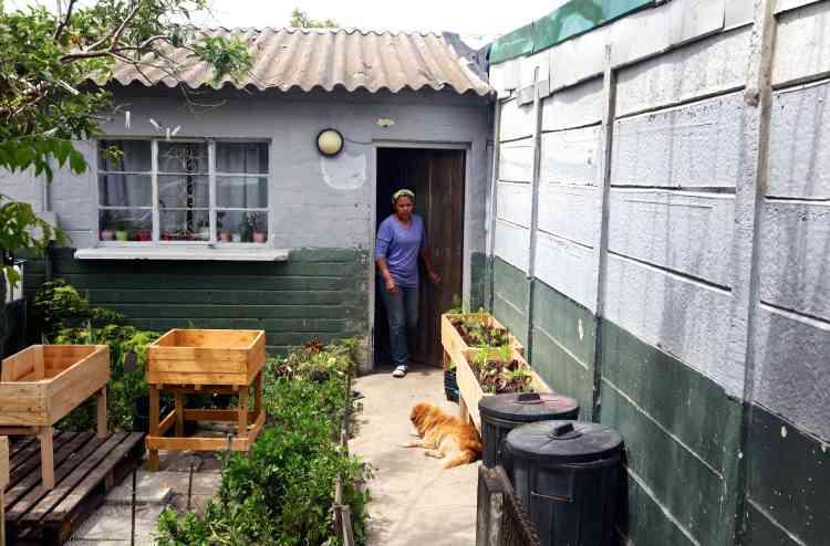 Renshia Manuel, 36ans, a créé GrowBox en 2016, après avoir eu l'idée de cultiver des légumes dans des caissons en bois.Elle vit à Hanover Park, une zone historiquement défavorisée de 34000habitants dans le sud-est du Cap.