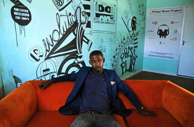 Mieux connu par ses amis sous le nom de MC Sbu, Sibusiso Nyamakazi, 27ans, est un écrivain, musicien, militant et entrepreneur social impliqué dans plusieurs projets en faveur des quartiers défavorisés du Cap, en Afrique du Sud.