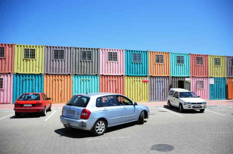 Sibusiso utilise souvent les conteneurs colorés du Philippi Village Container Walk comme lieu de travail.«Au cours des prochaines années, je souhaite développer mon activité à l'étranger, dit-il. J'ai l'intention de visiter autant d'endroits que possible.»