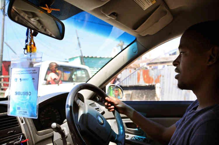 Pour Sibusiso, posséder une voiture est une bénédiction, car cela lui permet de faire les liens qui sous-tendent sa vie quotidienne et ses affaires. En se faufilant dans les rues étroites, il rappe quelques vers sur la musique jouée en fond.