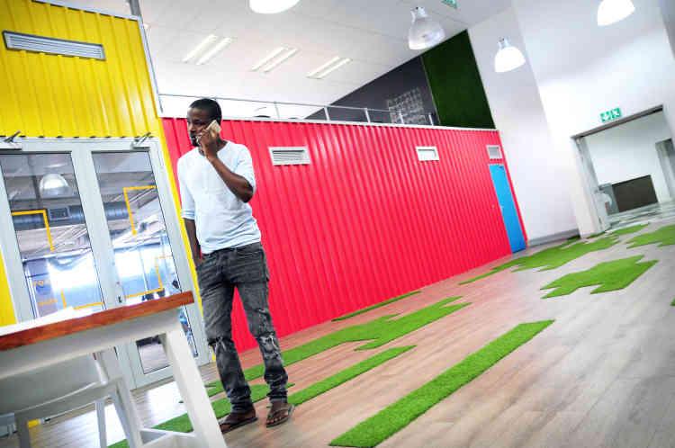 Sibusiso a eu l'idée de lancer une campagne de financement participatif afin de convertir l'un des espaces du Philippi Village Container Walk, dans le township de Philippi, en studio d'enregistrement.
