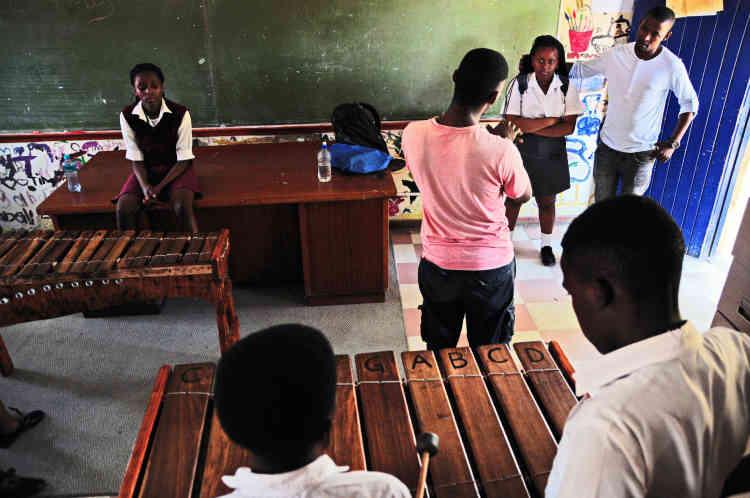Le programme Imvula est l'un des nombreux projets de Sibusiso dans les quartiers pauvres du Cap. Il intègre des leçons de musique dans les activités extrascolaires des écoles de Philippi et des environs.