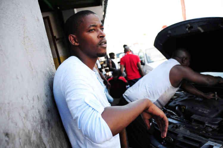 La voiture de Sibusiso est tombée en panne.Avec l'aide d'un ancien voisin, il parvient à faire remorquer son véhicule et à le faire réparer chez un mécanicien du quartier en quelques heures.