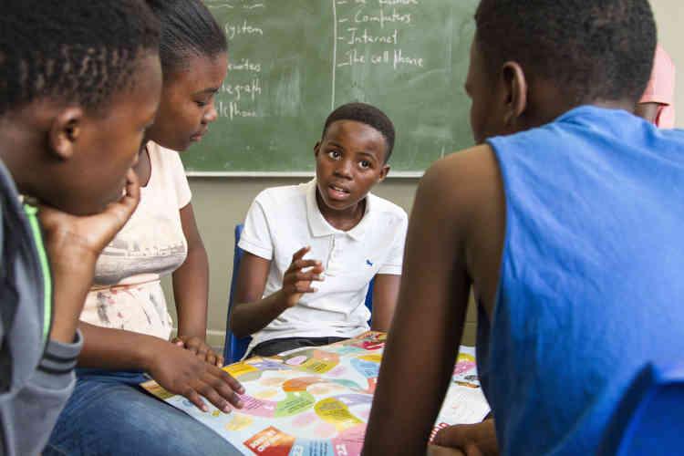 Bulelani est une figure paternelle pour beaucoup d'enfants à qui il enseigne.«Mon travail ne se termine pas après l'atelier du samedi, car je rends souvent visite aux élèves chez eux pour faire le suivi de leurs performances scolaires.»