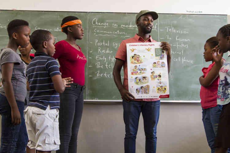 Dans une école de Philippi, le thème de ce samedi est le droit à l'alphabétisation des enfants. Les élèves doivent décrire ce droit par le biais de la danse, du théâtre et de la musique.