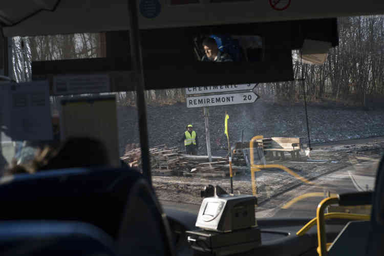 Un «gilet jaune» sur un rond-point, apercu depuis le bus reliant Epinal à Saint-Dié-des-Vosges, le 5 février.