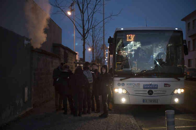 Les étudiants du lycée professionnel de Bruyères avant le départ du bus à la gare d'Epinal à 7h25, le 6 février. Lors de sa mise en service, les horaires de la ligne de bus ne correspondaient pas à ceux des établissements scolaires.