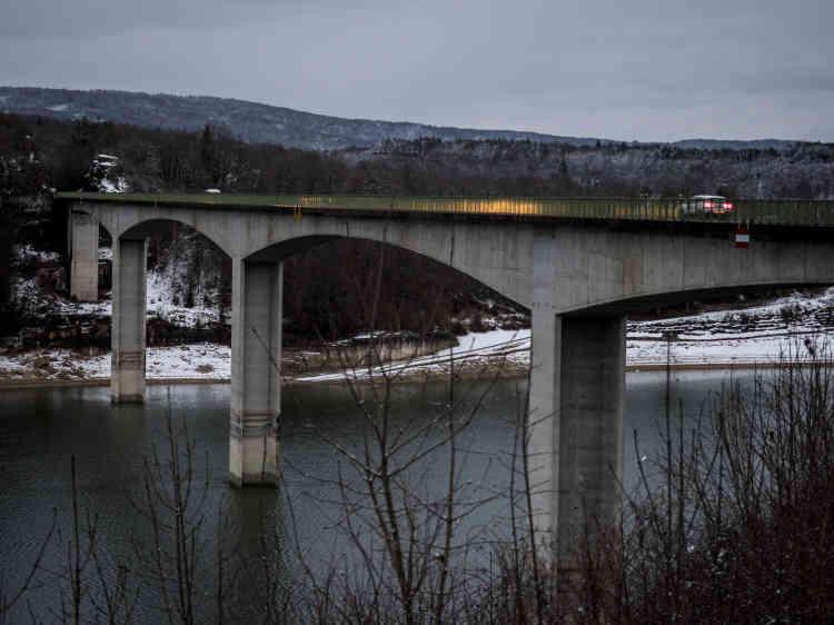 Kilomètre 32. Pont de la Pyle, sur le lac de Vouglans.