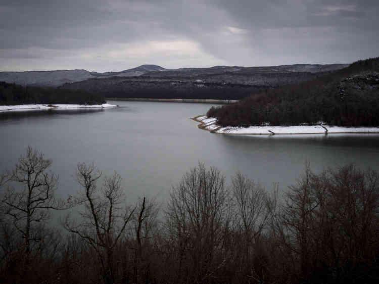 Kilomètre 30. D470, le lac de Vouglans juste avant le pont de la Pyle, sur la route entre le centre hospitalier Louis-Jaillon, à Saint-Claude, et le centre hospitalier Jura-Sud, de Lons-le-Saunier, le 30 janvier 2019.