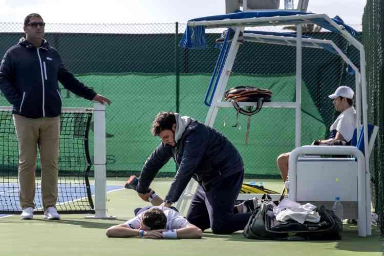 Corentin Denolly, 424e à l'ATP. Fin janvier, début février, il apassé deux semaines sans coach à Monastir : il a gagné 1 200 euros en remportant le tournoi la première semaine. La deuxième, il a été contraint d'abandonner sur blessure au deuxième tour (photo). Au bout du compte, il a dégagé un bénéfice de 400 euros.