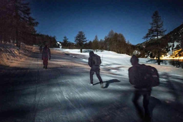 Une dizaine de jeunes hommes s'élancent sur les pistes de ski pour tenter de passer la frontière française clandestinement. Cette nuit-là, tous réussiront.