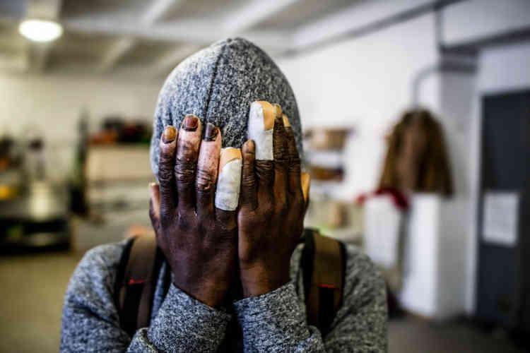 Mohammed, un Guinéen de 34 ans, a marché des heures de nuit dans la neige pour passer la frontière en janvier 2019. Il a passé deux semaines à l'hôpital pour soigner de sérieuses blessures aux mains causées par le froid.