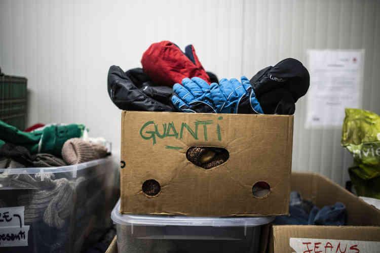 A la fondation Talità Kum, côté italien, le 18 février. Une caisse de gants dans la réserve de vêtements chauds qui sont collectés ou achetés pour les migrants qui tentent la traversé clandestine vers la France.