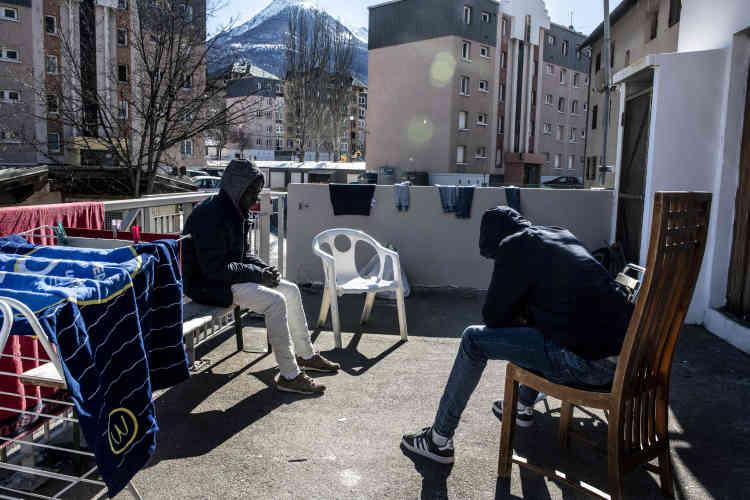 Des migrants se reposent après la traversée, au Refuge solidaire, à Briançon.