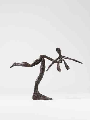 """«""""Dancer""""fait partie d'une série de sculptures de Calder - dont les différents éléments qui les composent reposent en parfait équilibre. La maîtrise des propriétés des matériaux qu'il utilise, le métal en particulier, permet à Calder d'élaborer ces sculptures, qui sont assemblées sans jamais être soudées.»"""