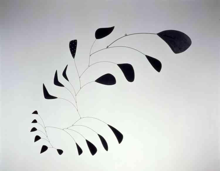 """«Ce mobile de Calder fait partie d'une minorité, car il est construit sur un axe vertical. Les formes abstraites de """"Vertical Foliage"""" sont d'inspiration organique. Cet assemblage complexe s'active au gré du passage des visiteurs et prend une apparence différente selon l'éclairage ou son angle d'observation. Il est aussi imprévisible que le mouvement naturel des feuillages. »"""