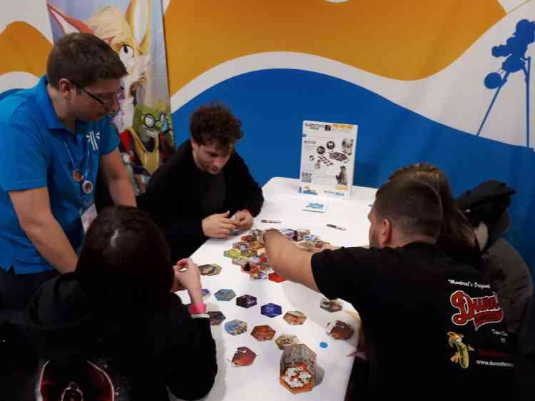 Durant trois jours, le Palais des festivals accueille la quasi-totalité des éditeurs de jeux, qui proposent des parties gratuites de leurs dernières sorties.