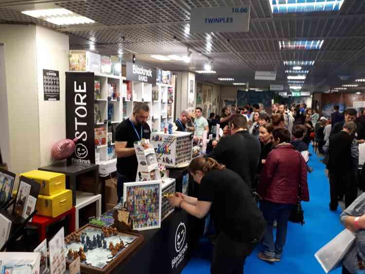Le FIJ est aussi une boutique de jeux géante, et accueille une partie réservée aux professionnels de l'édition et de la distribution.
