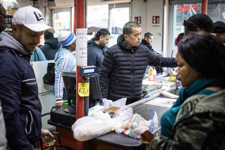 Comme Olga et Pascal, de nombreux immigrés de Naples se rendent dans ce magasin exotique tenu par des commerçants asiatiques.