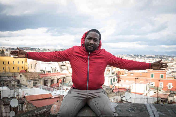Naples, le 15février. Pascal est arrivé en Italie en septembre 2016. Les rues exiguës du quartier Spagnoli, le linge aux fenêtres, les couleurs des habitations lui rappellent Sidi El Houari, un quartier d'Oran où il a passé du temps quand il vivait en Algérie.