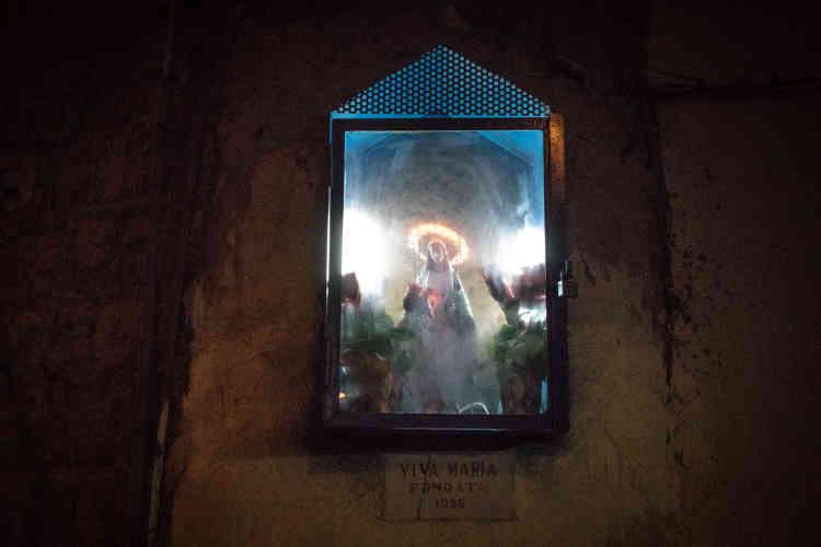 Une sainte vierge près du foyer de Pascal. Fervent croyant, il s'en remet souvent à Dieu pour justifier le chemin parcouru depuis le Cameroun.