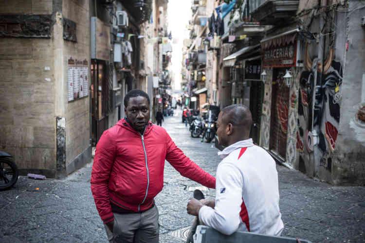 Nous rencontrons Coulibaly, un livreur originaire de Côte d'Ivoire. Comme Pascal, il a vécu à Béchar, en Algérie. Pascal travaille parfois comme manœuvre et ouvrier dans le BTP. Non déclaré, il gagne autour de 25euros pour une journée de dix heures.