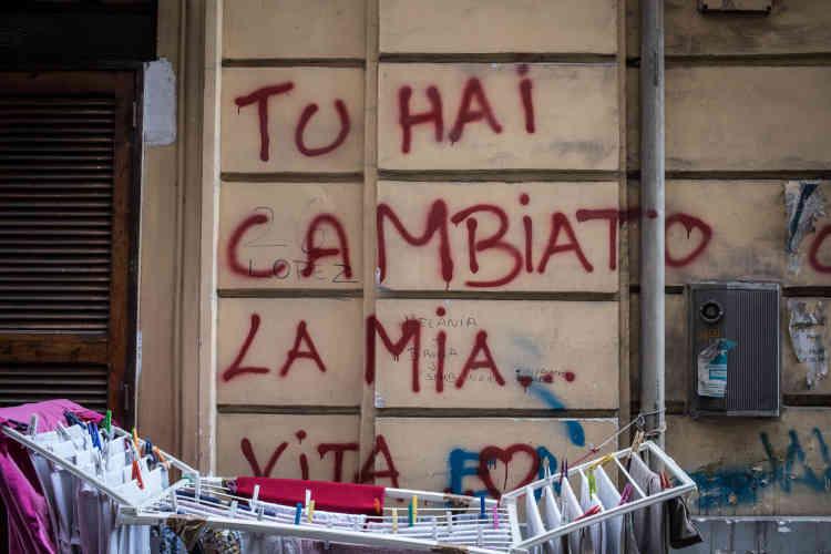 «Tu as changé ma vie», est-il inscrit sur un mur. Pascal m'explique que s'il est venu en Italie, c'est parce que sa femme l'a convaincu de quitter l'Algérie, de traverser le chaos libyen et d'affronter la mer, en famille. «Sans elle, je ne serai jamais arrivé ici. »