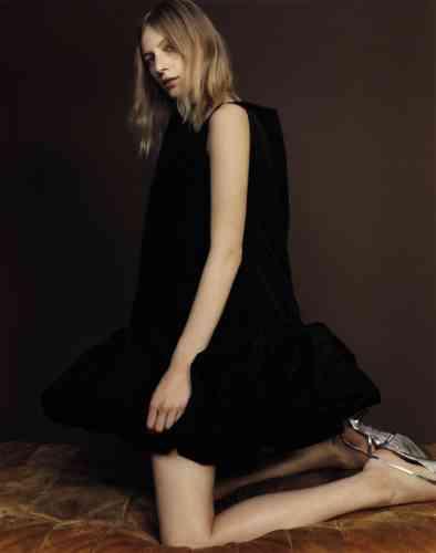 Robe en taffetas de soie, Valentino. Escarpins en cuir verni, Givenchy.