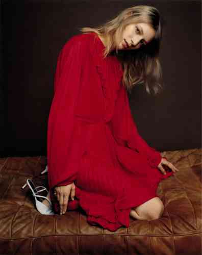 Robe en polyester, Vetements. Sandales en cuir, Givenchy. chevalière en or rose, David Yurman