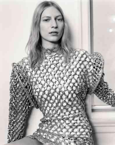 Robe en maille brodée de sequins, Louis Vuitton.