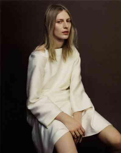 Robe en soie, Hermès. Chevalière en or rose, David Yurman.