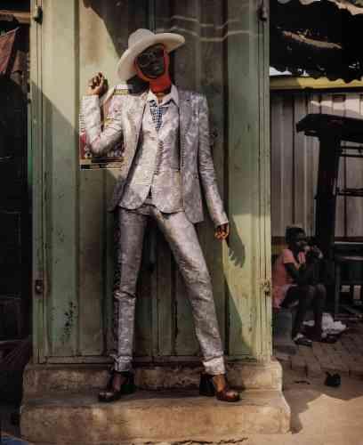 Chapeau en feutre de laine, Gucci. Costume trois-pièces en soie, Paco Rabanne. Chemise en polyester, Rokit. Sandales en cuir, Chloé. Lunettes de soleil, Gentle Monster.