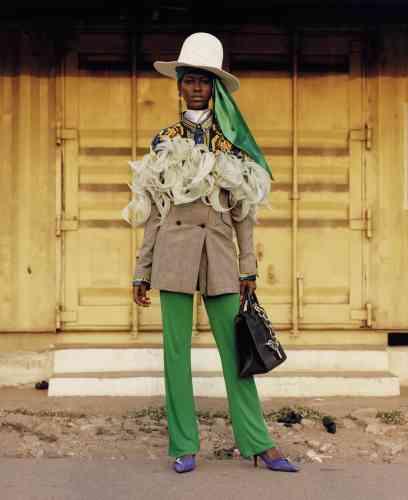 Veste en coton et mousseline de soie, Y/Project. Pantalon en jersey, MSGM. Escarpins en veau velours, Dorateymur. Sac en cuir, Paco Rabanne. Chapeau en feutre, House of Flora. Boucles d'oreilles en métal, Chloé.